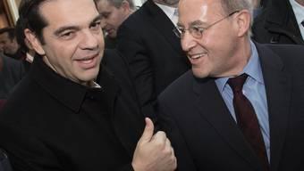 Der griechische Ministerpräsident Tsipras (l.) hat dem neuen Vorsitzenden Europäischen Linken, Gregor Gysi, seine volle Unterstützung zugesagt.