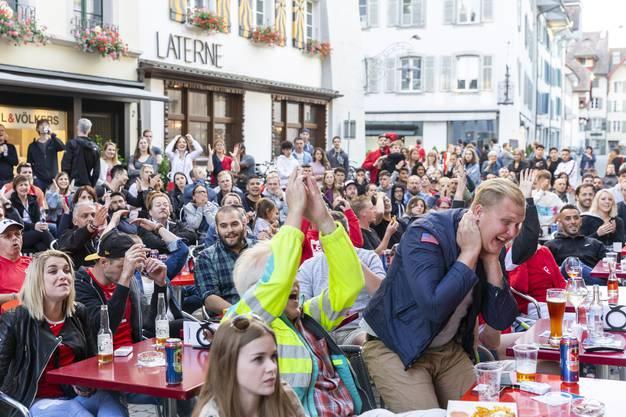 Fussballfans beim Public Viewing des WM-Spiels Schweiz-Serbien am 22. Juni 2018 in der Aarauer Altstadt.