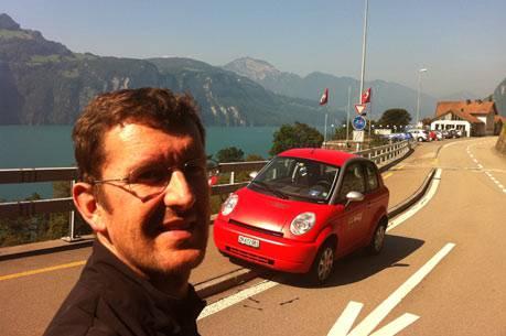 Louis Palmer mit seinem roten Think nahe Luzern