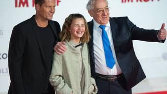"""Emma Schweiger, ihr Vater Til Schweiger (links) und Dieter Hallervorden feiern 2014 in Berlin die Filmpremiere """"Honig im Kopf"""" (Archiv)"""