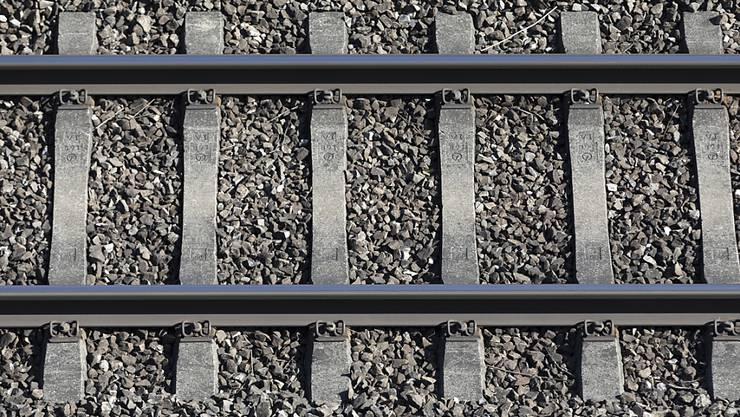 Zwei Männer waren nachts zu Fuss entlang der Bahngeleise bei Balerna unweit von Chiasso TI entfernt unterwegs. (Symbolbild)