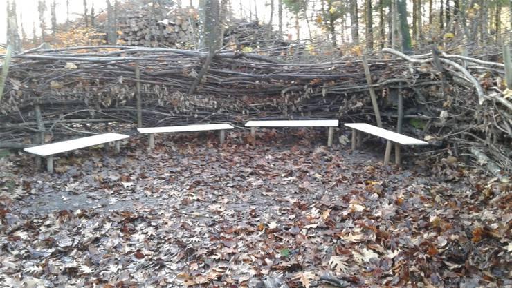 Das «Waldsofa» bei der Waldlichtung Heuelimüli erstrahlt in neuem Glanz.