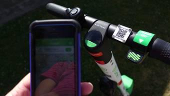 Der US-Sharingdienst Lime zieht in der Schweiz per sofort alle E-Trottis aus dem Verkehr.