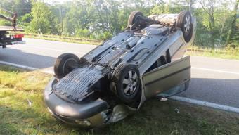 Rietheim: Ein Autofahrer verlor gestern die Kontrolle über seinen Skoda Octavia. Dieser überschlug sich. Der Lenker wurde mit Verdacht auf Halswirbelverletzungen ins Spital gebracht.