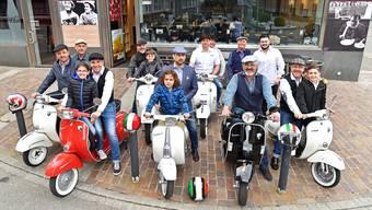 Der Vespa Club I Cumpari in Olten pflegt mit dem Roller aus dem Hause Piaggio den Italian Style; das Gustolino im Hintergrund ist Vereinslokal. Vereinssprecher Marco Ialuna sitzt in der vorderen Reihe (Bildmitte).