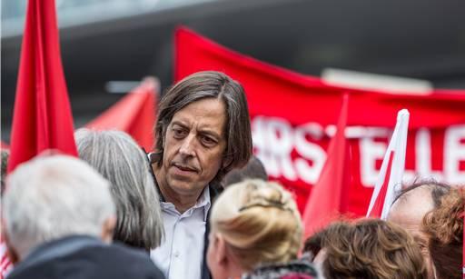 Pedro Lenz mischt sich unter die Leute, die ihm für seine eindringliche Rede spontanen Applaus spendeten.