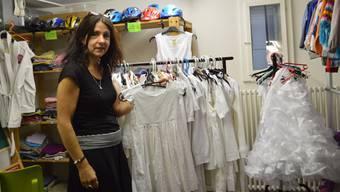 Susanna Baur präsentiert in der Kinderkleiderbörse die weissen Kleider für den Rutenzug am 3. Juli.