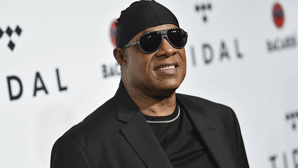 Stevie Wonder, US-Sänger, kommt zum jährlichen Benefizkonzert von TIDAL X: Brooklyn. Rund ein halbes Jahr nach seinem 70. Geburtstag und kurz vor der US-Präsidentschaftswahl meldet sich der Sänger  mit zwei neuen Liedern zurück - und mit einer klaren politischen Botschaft. (zu dpa «Stevie Wonder kehrt mit politischen Soul-Songs zurück - neues Label») (Foto: Evan Agostini/Invision/AP/dpa)