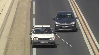 Haarsträubend: Rémi Gaillard mit Blindenstock im Strassenverkehr.