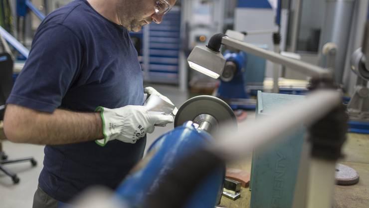 In der Schweizer Industrie wird wieder rege produziert (Symbolbild).