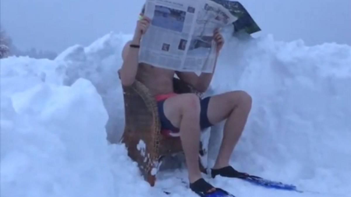 Andri Ragettli hat wohl eine Abkühlung nötig: Lässig sitzt er am «Poolrand» und liest Zeitung.