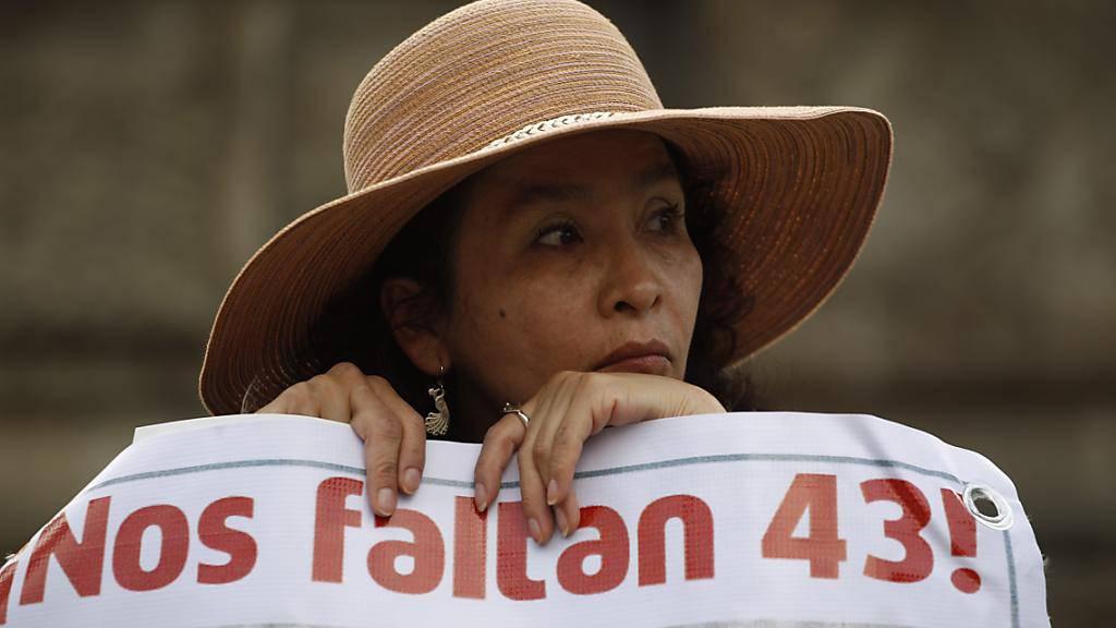 Auch mehr als ein Jahr nach dem Veschwinden der 43 Menschen haben die Angehörigen die Suche nicht aufgegeben. Der Druck auf die mexikanische Regierung wirkt: SIe setzt nun eine Sonderuntersuchungskommission ein.