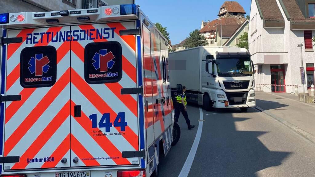 Bei der Kollision wurde der Fussgänger unter dem Lastwagen eingeklemmt.