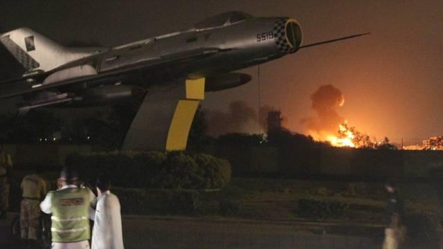 Der Marine-Stützpunkt im pakistanischen Karachi steht in Flammen