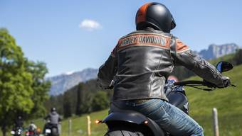 Lederbekleidung ist für Motorradfahrer empfehlenswert, Flip-Flops hingegen ein No-Go.