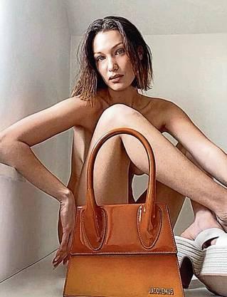 Model Bella Hadid wird per Face-Time für die Jacquemus-Kampagne geshootet.