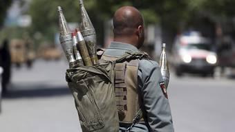 dpatopbilder - ARCHIV - Ein afghanischer Sicherheitsbeamter steht in Kabul an einer Straße. Foto: Rahmat Gul/AP/dpa