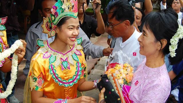 Aung San Suu Kyi (r.) wird begrüsst