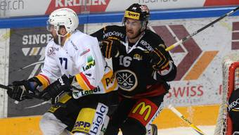 Daniel Steiner (in weiss) kommt spät in dieser Saison doch noch zum Zug in der NLA - bei Fribourg erhielt er einen Vertrag bis Ende Saison.