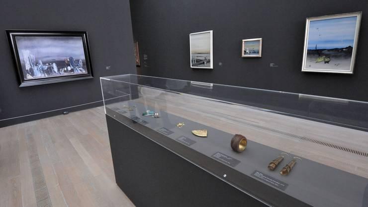 Yves Tanguys malerisches Werk und der surrealistische Schmuck mit Meret Oppenheims Pelzarmband in der rue d'une perle.  Nicole Nars-Zimmer
