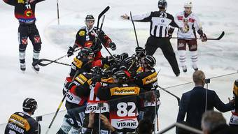 Die Spieler des SC Bern bejubeln den ersten Heimsieg in diesen Playoffs