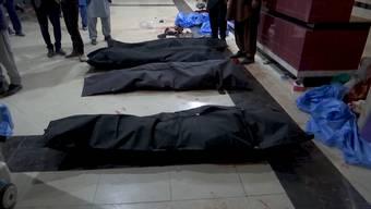 In der afghanischen Hauptstadt Kabul hat ein Selbstmordattentäter zahlreiche Schülerinnen und Schüler in den Tod gerissen. Der Attentäter sprengte sich in der Nähe eines Bildungszentrums in die Luft.