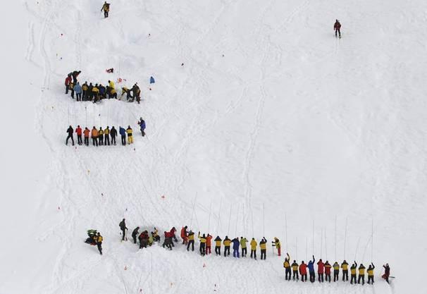 Diemtigtal 2010: Dutzende Helfer suchen in den Schneemassen nach Überlebenden.