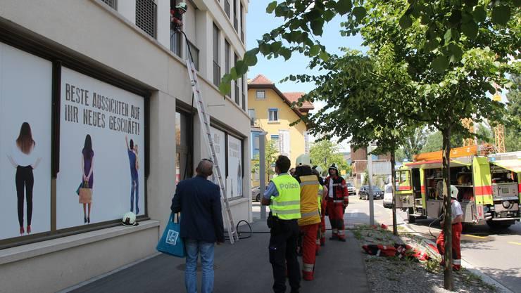 Etwa um 13.00 Uhr wurde die Feuerwehr Dietikon alarmiert. Auf einem Balkon an der Heimstrasse brannte Abfall.