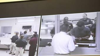 Videobilder zum 17-jährigen Schützen bei seinem ersten Auftritt vor dem Richter im Gefängnis von Galveston im US-Bundesstaat Texas.