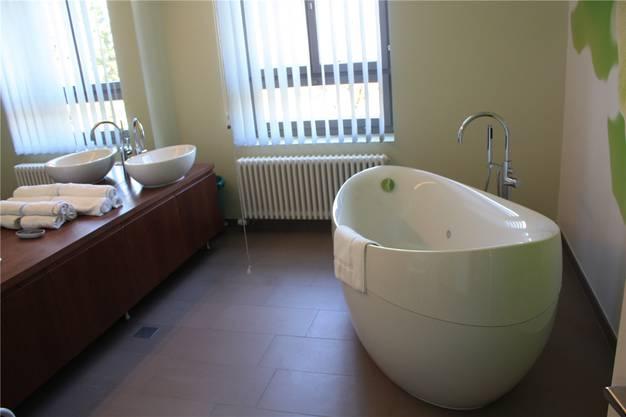 Den Privatpatienten steht zur Entspannung ein freistehendes Bad zur Verfügung. Dieses allerdings nicht im eigenen Zimmer, sondern in einem separaten Raum.