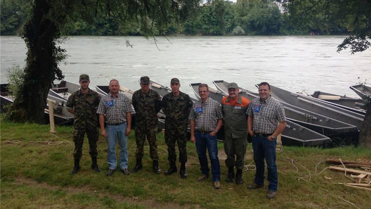 Gemeinsam schuften sie für das Fest: Angehörige der Armee, des Zivilschutzes und des Organisationskomitees freuen sich auf das Pontonierwettfahren.