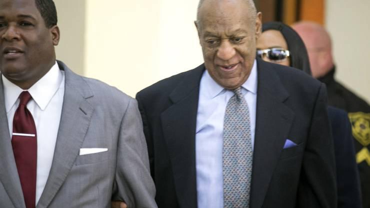 US-Entertainer Bill Cosby (rechts) auf dem Weg ins Gericht.