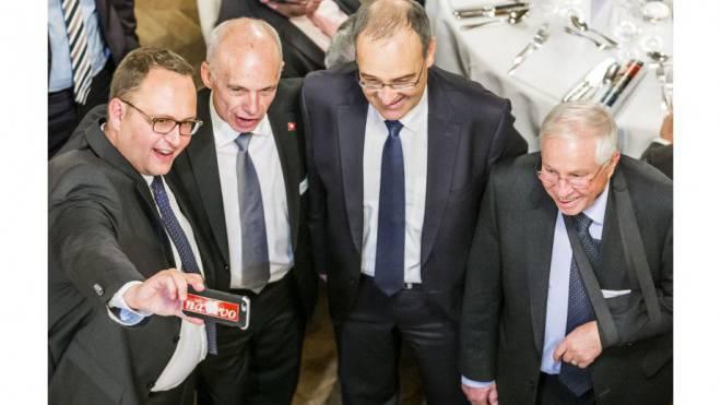 Norman Gobbi macht ein Selfie mit Bundesrat Ueli Maurer, dem neu gewählten Bundesrat Guy Parmelin und Alt-Bundesrat Christoph Blocher. Foto: Keystone