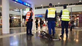 Die Kantonspolizei will ihre Präsenz an Bahnhöfen wie hier in Aarau, Einkaufszentren oder Sportveranstaltungen erhöhen. (Symbolbild)