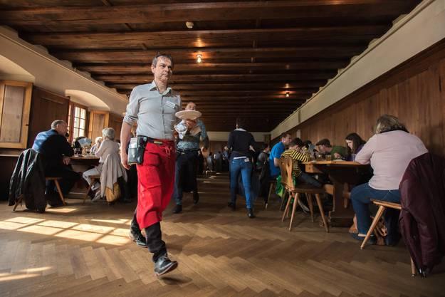 Philipp Hadorn, Nationalrat SP, eiligen Schrittes auf dem Weg zur Küche beim diesjährigen Rösti-Essen zugunsten der Gassenküche Solothurn.