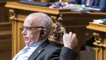 Bundesrat Maurer streckt sich während der Monsterdebatte um die Steuervorlage 17. Ganze 9 Stunden debattierte der Nationalrat.