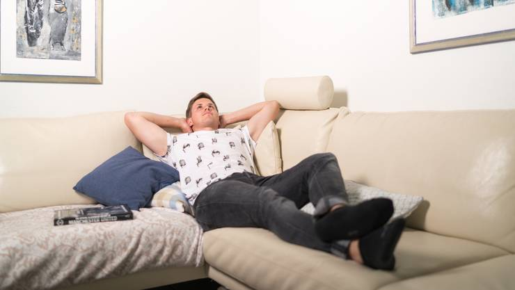 Der Traum von der Sensation gegen den grossen FC Basel. Luca Thaler auf der Couch in seiner Wohnung in Wohlen. Mario Heller