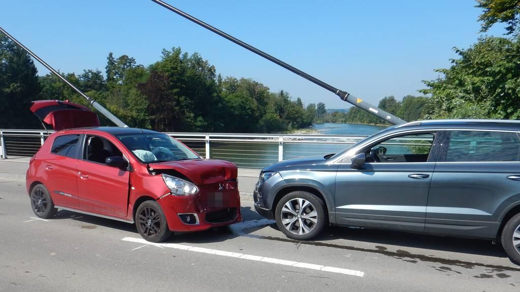 Frontalkollision zwischen zwei Autos – 85-Jähriger unbestimmt verletzt