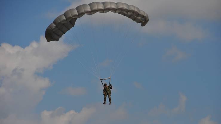 Ein Pilot reagierte im letzten Moment und wich zwei Fallschirmspringern aus. (Symbolbild)