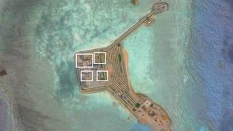 Dieses Satellitenfoto zeigt laut CSIS die neu aufgebauten Verteidigungssysteme auf der Insel Gaven Reef.