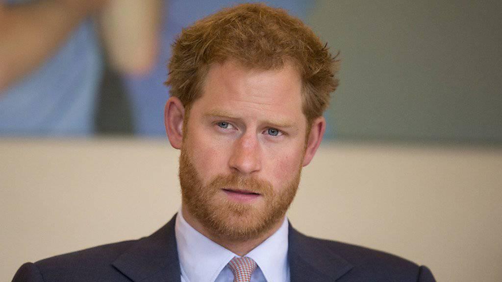 Prinz Harry hat am Dienstag bestätigen lassen, dass die US-Schauspielerin Meghan Markle seine Freundin sei. Gleichzeitig verurteilte er schärfstens die Belästigung, welcher Markle in letzter Zeit ausgesetzt war.