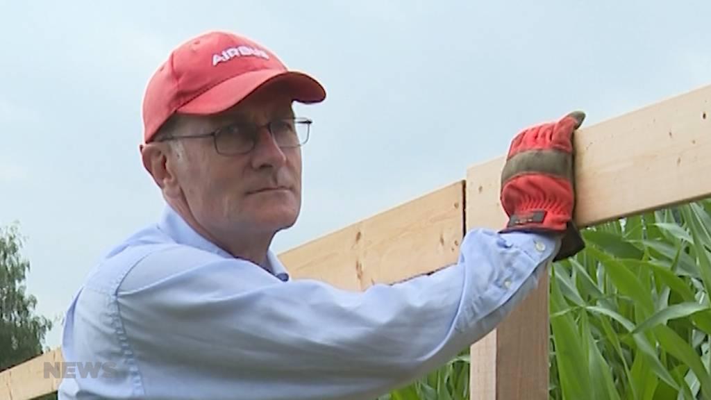 Baudirektor Neuhaus greift zu Werkzeug statt Krawatte