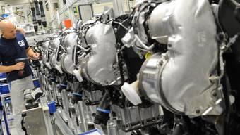 Ein VW-Mitarbeiter arbeitet an einem Dieselmotor im Volkswagen-Werk Salzgitter. (Archiv)