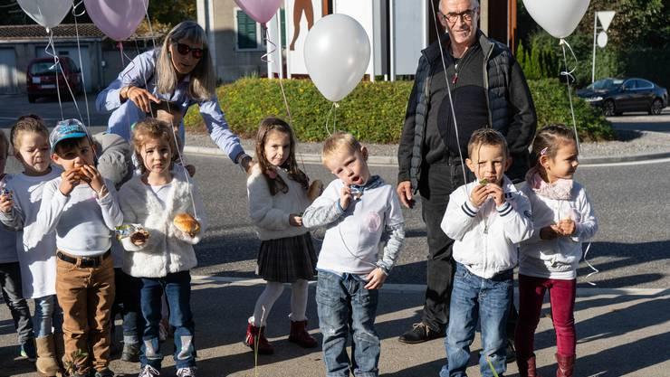 Die Kinder der Spielgruppe Malhüsli mit Leiterin Brigitte Oetliker und Gemeinderat Hans Heinrich Leuzinger.