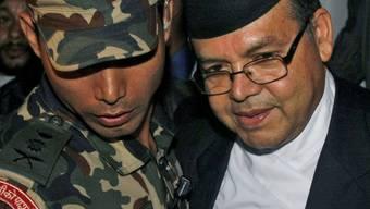 Nepals Regierungschef Jhalanath Khanal (r.) tritt zurück