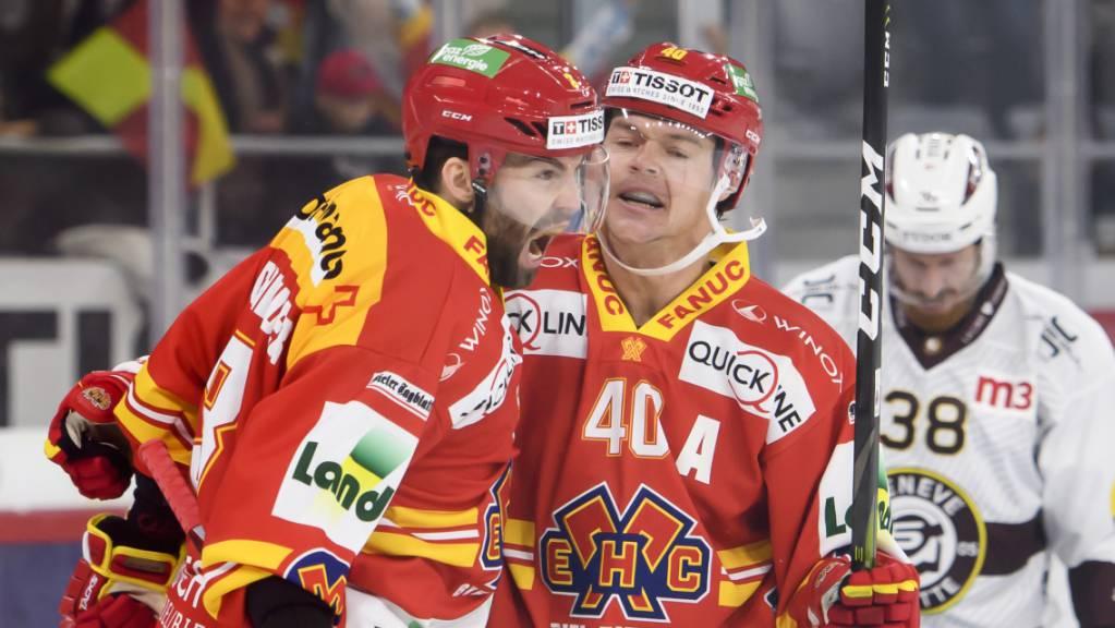 Der Dreifachtorschütze Peter Schneider (links) bejubelt zusammen mit Teamkollege Jan Neuenschwander einen seiner Treffer
