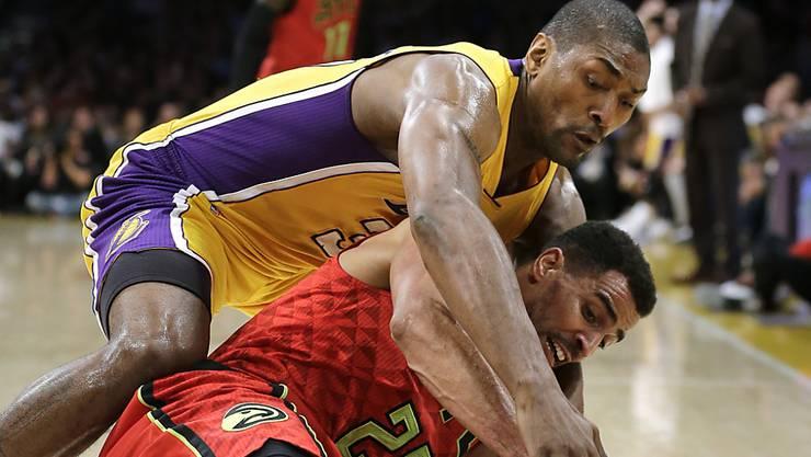 Thabo Sefolosha (unten) ringt mit Metta World Peace von den Los Angeles Lakers um den Ball