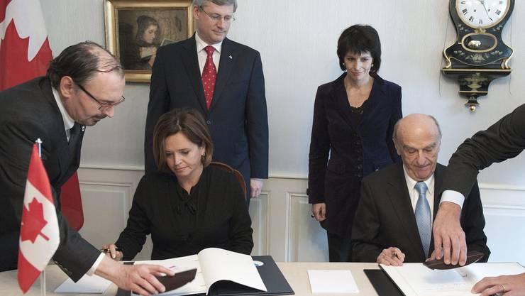 Bei der Unterzeichnung des Doppelbesteuerungsabkommens.