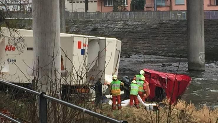 Ein 37-jähriger Chauffeur fuhr gegen 15.45 Uhr mit seinem Lastwagen auf mehrere Fahrzeuge auf. Anschliessend rollte der Lastwagen auf das Brückenende zu, durchschlug eine Mauer und stürzte rund 25 Meter in die Tiefe.