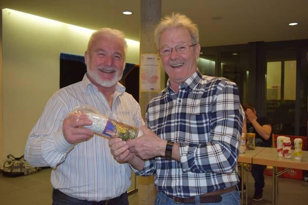 Die letzten werden die ersten sein: Der Spielführer von Grenchen 2 erhält von Organisator Josef Christen (rechts) eine Salami als Trostpreis.